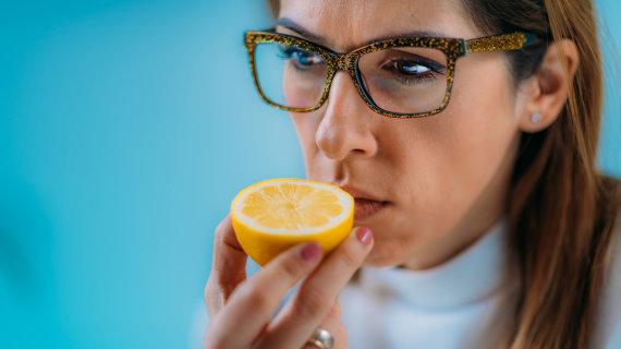 123RF.com nuotr./Moteris neužuodžia citrinos