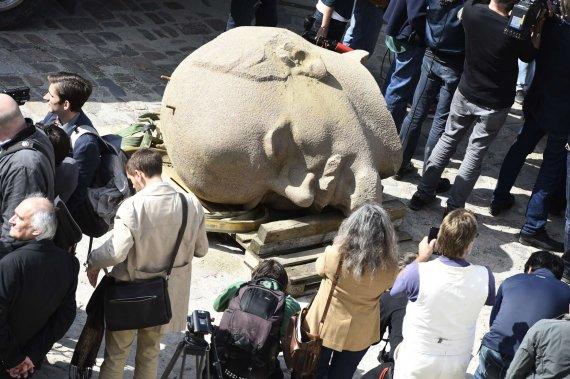 """AFP/""""Scanpix"""" nuotr./Vokietijos miške iškasta didžiulė granitinė Lenino galva"""