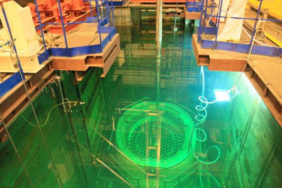 Ignalinos atominės elektrinės nuotr./Branduolinio kuro konteinerio pakrovimas baseine Ignalinos atominėje elektrinėje
