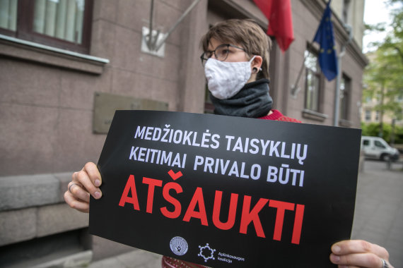 Juliaus Kalinsko / 15min nuotr./Protestas dėl sprendimo leisti medžioti su lankais