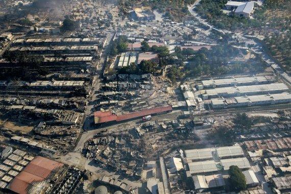 "AFP/""Scanpix"" nuotr./Sudegusi Morijos stovykla Lesbo saloje"