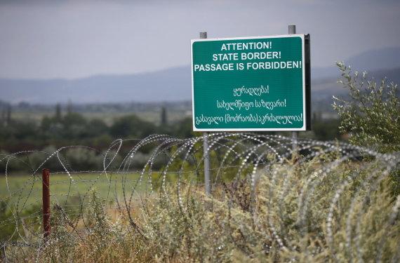 """""""Reuters""""/""""Scanpix"""" nuotr./Rusijos kariai vis pastumia Pietų Osetijos sienos su Gruzija riboženklį į šios šalies gilumą"""