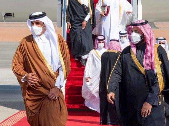 """AFP/""""Scanpix"""" nuotr./Kataro emyras šeichas Tamimas bin Hamadas al Thani ir Saudo Arabijos karališkasis princas Mohammedas bin Salmanas"""