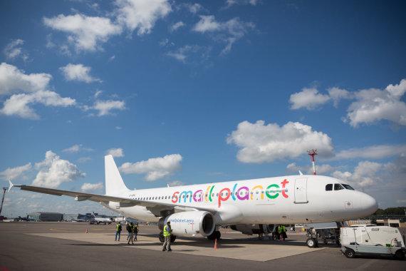 """Žygimanto Gedvilos / 15min nuotr./""""Small Planet"""" atstovai aprodė įmonės lėktuvą"""