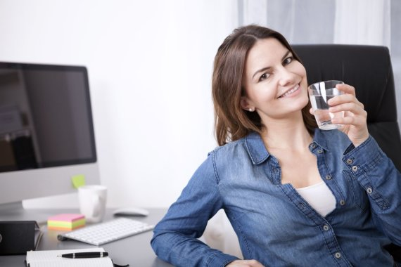 123RF.com nuotr./Moteris geria vandenį biure