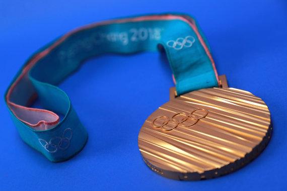 """AFP/""""Scanpix"""" nuotr./Pjongčango žiemos olimpinių žaidynių aukso medalis."""