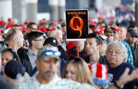 """""""Reuters""""/""""Scanpix"""" nuotr./""""QAnon"""" – sąmokslo teoretikų grupė, įsitikinusi, kad Donaldas Trumpas yra pasaulio gelbėtojas"""