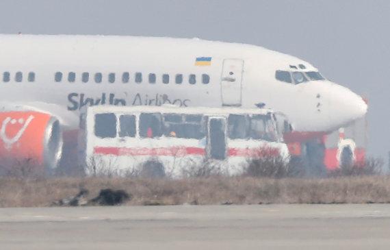 """""""Reuters""""/""""Scanpix"""" nuotr./Iš Kinijos dėl koronaviruso evakuoti ukrainiečiai grįžo namo"""