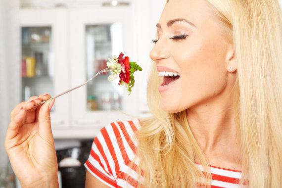 Vida Press nuotr./Moteris valgo salotas