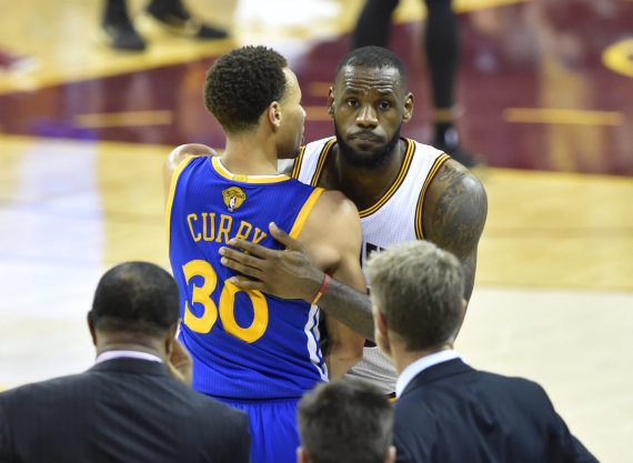 """Reuters""/""Scanpix"" nuotr./Stephenas Curry ir LeBronas Jamesas"