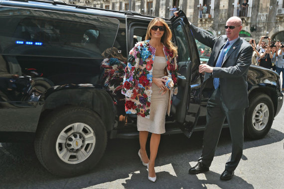 """""""Scanpix"""" nuotr./Melania Trump su 51500 dolerių vertės paltu"""