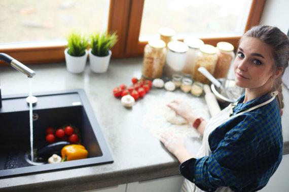 123RF.com nuotr./Mergina virtuvėje