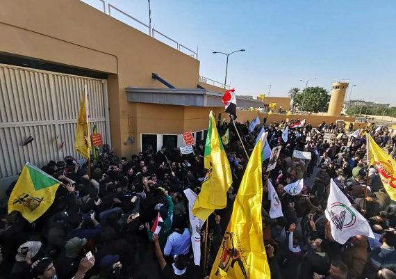 """""""Scanpix""""/""""SIPA"""" nuotr./Protestuotojai šturmuoja JAV ambasadą Bagdade"""