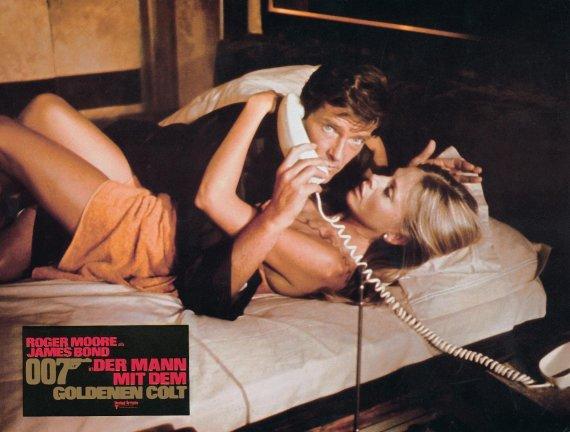 "Vida Press nuotr./Rogeras Moore'as ir Britt Ekland filme ""Žmogus su auksiniu pistoletu"" (1974 m.)"