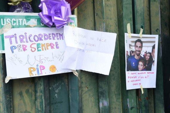 """""""Scanpix"""" nuotr./""""Fiorentina"""" sirgaliai prie klubo stadiono neša gėles, dega žvakes ir rašo žinutes netikėtai mirusiam Davide'ui Astori"""