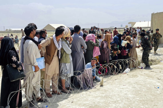 """""""Scanpix""""/AP nuotr./Afganistaniečiai prie Kabulo oro uosto"""