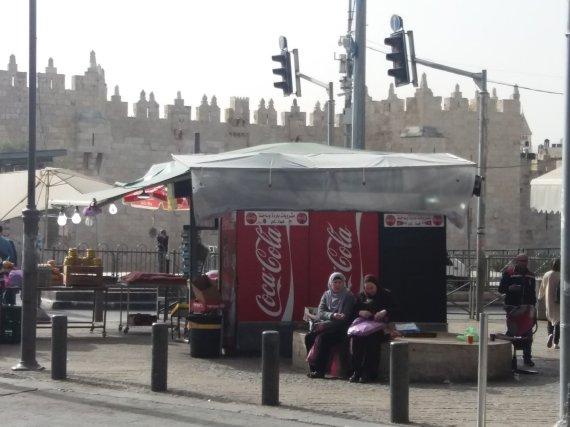 """Ugniaus Antanavičiaus nuotr. /""""Coca-Cola"""" šaldytuvai ir senamiesčio siena už jų"""