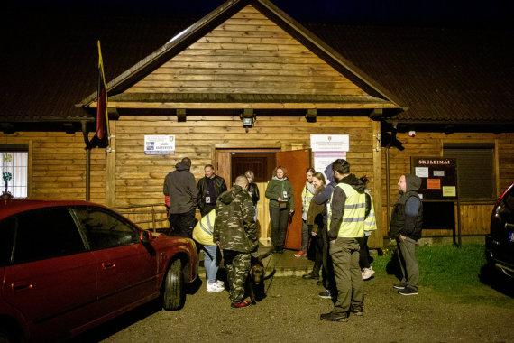 Vidmanto Balkūno / 15min nuotr./Rūdninkų kaimo savisaugos būrio nariai renkasi į patruliavimą