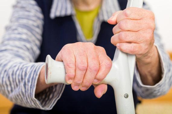 Fotolia nuotr./Senos moters rankos.