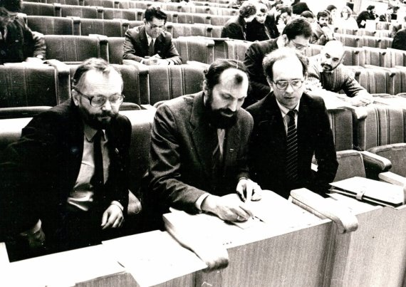 Aleksandro Juozapaičio/LVNA nuotr./1991 m. sausio 12 d. Aukščiausioje Taryboje. Virgijus Čepaitis – kairėje