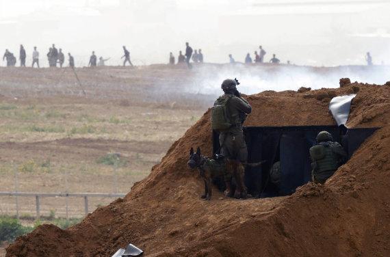 """AFP/""""Scanpix"""" nuotr./Izraelio kariai prie sienos su Gazos Ruožu"""