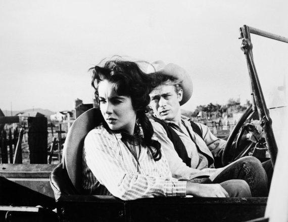"Vida Press nuotr./Elizabeth Taylor ir Jamesas Deanas filme ""Giant"""