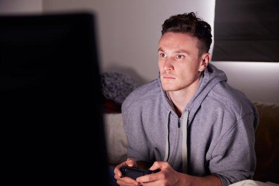 Vida Press nuotr./Vyras žaidžia kompiuterinį žaidimą