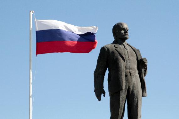 """""""Reuters""""/""""Scanpix"""" nuotr./Rusijos vėliava šalia monumento Leninui"""