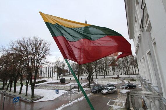 Alvydo Januševičiaus nuotr./Šiaulių bažnyčia ir trispalvė