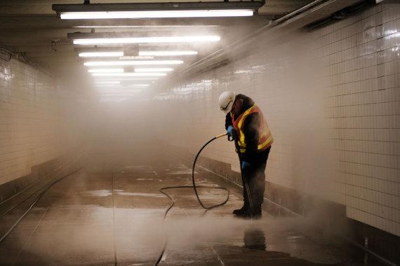 """AFP/""""Scanpix"""" nuotr./Apsauga nuo koronaviruso metro Niujorke, Brukline kovo 11, 2020 metais"""