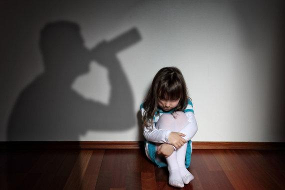 123RF.com nuotr./Suaugusiųjų pasilinksminimai, kurių metu vartojamas alkoholis, turi įtakos šeimoje augančiam vaikui.