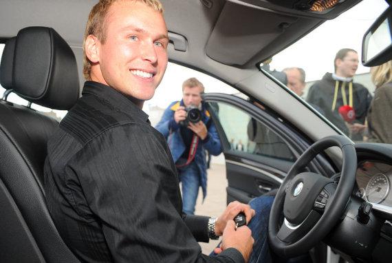 Luko Balandžio nuotr./J.Šuklinas 2012 m. gavo naujo BMW raktelius.