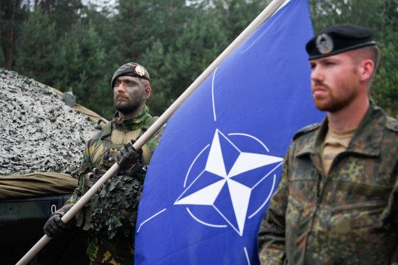 LR Prezidento kanceliarijos/Roberto Dačkaus nuotr./ NATO vėliava