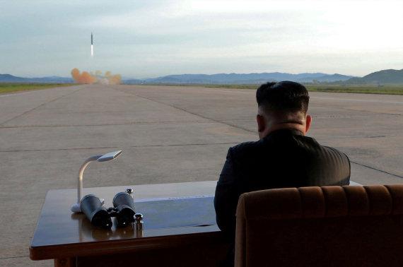 """""""Reuters""""/""""Scanpix"""" nuotr./Šiaurės Korėjos lyderis Kim Jong Unas stebi raketos paleidimą"""