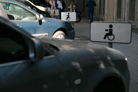 Eriko Ovčarenko / 15min nuotr./Kauno policija tikrino neįgaliųjų vietose paliktus automobilius