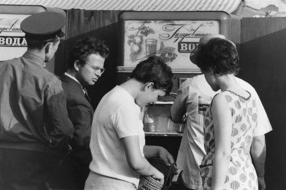 """Scanpix"" nuotr./Gazuoto vandens automatas Maskvos gatvėje (1960 m.)"