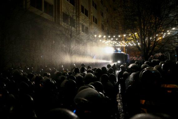 """AFP/""""Scanpix"""" nuotr./Sakartvelo policija vaikydama protestuotojus panaudojo vandens patranką"""