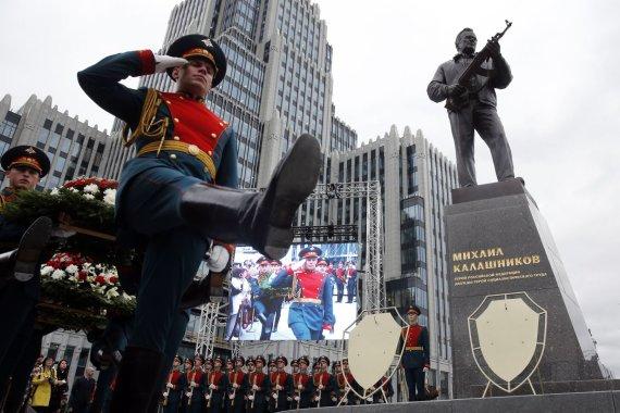 """AFP/""""Scanpix"""" nuotr./Maskvoje atidengtas paminklas ginklų konstruktoriui Kalašnikovui"""