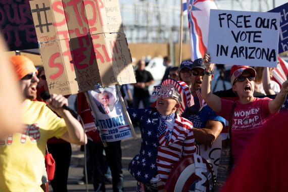 """""""Reuters""""/""""Scanpix"""" nuotr./D.Trumpą remiantis protestuotojasi Arizonoje"""