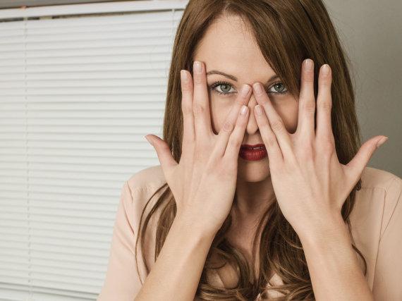 Vida Press nuotr./Moteris slepia veidą