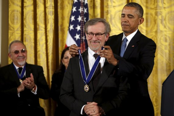 """""""Reuters""""/""""Scanpix"""" nuotr./Stevenas Spielbergas ir Barackas Obama"""