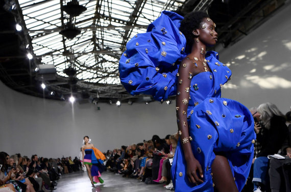 """""""Reuters""""/""""Scanpix"""" nuotr./""""Schiaparelli"""" 2020 m. pavasario ir vasaros kolekcijos modelis"""