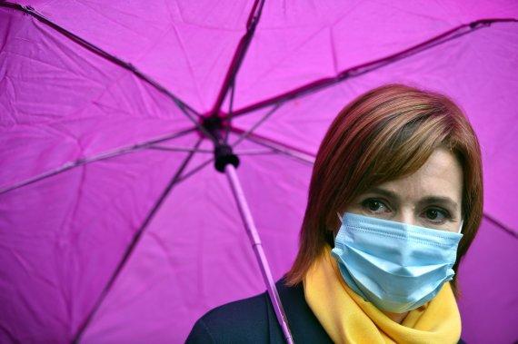 "AFP/""Scanpix"" nuotr./Moteris su kauke"
