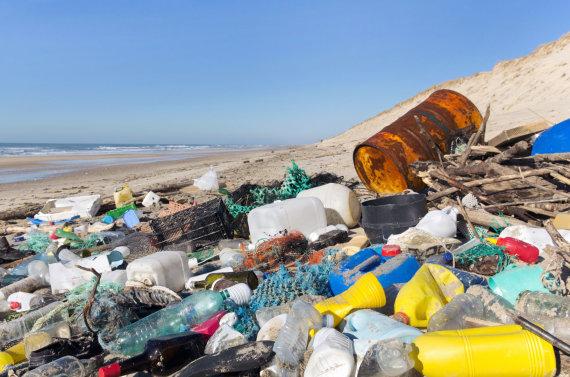 123RF.com nuotr./Plastiko šiukšlės paplūdimyje