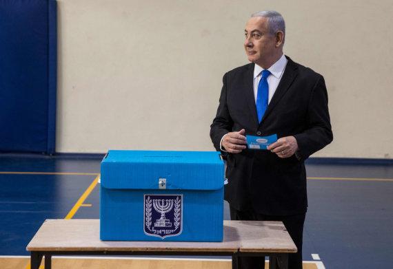 """AFP/""""Scanpix"""" nuotr./Benjaminas Netanyahu balsuoja rinkimuose"""