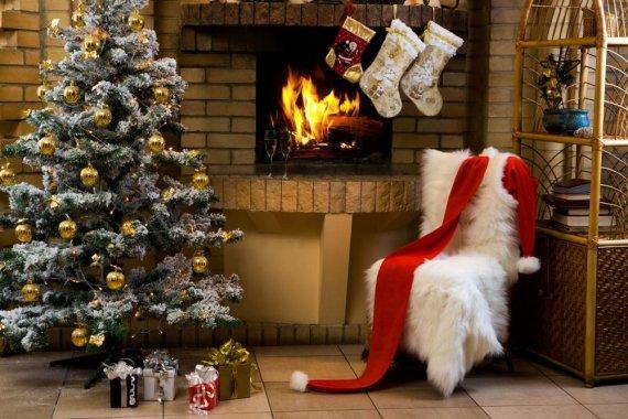 123rf.com nuotr./Tradicija prie židinio kabinti kalėdines kojines paplito daugelyje Europos šalių. Iš pradžių vaikai kabindavo savo įprastas kojinaites, vėliau buvo sukurtos specialios kojinės Kalėdoms.