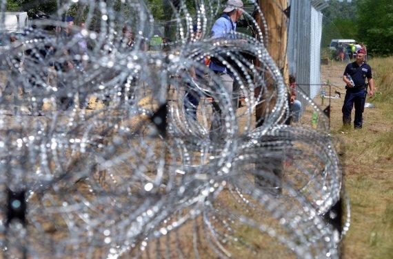 """AFP/""""Scanpix"""" nuotr./Vengrijos pastatyta tvora pasienyje"""
