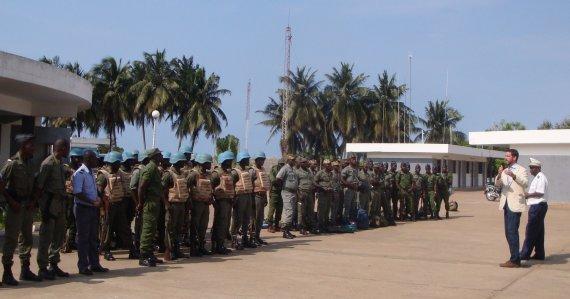 Asmeninio archyvo nuotr./Joe McMahonas instruktuoja Togo (Vakarų Afrika) karius apie kovos su piratavimu operaciją (kurią pats, kaip saugumo konsultantas, ir parengė) jūroje, skirtą naftos platformai nuo Nigerijos piratų apsaugoti