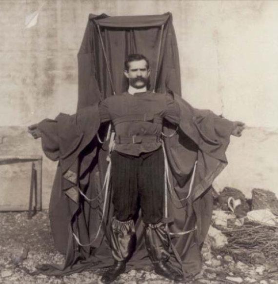 Wikimedia Commons nuotr./Franzas Reicheltas su savo pagamintu parašiuto kostiumu