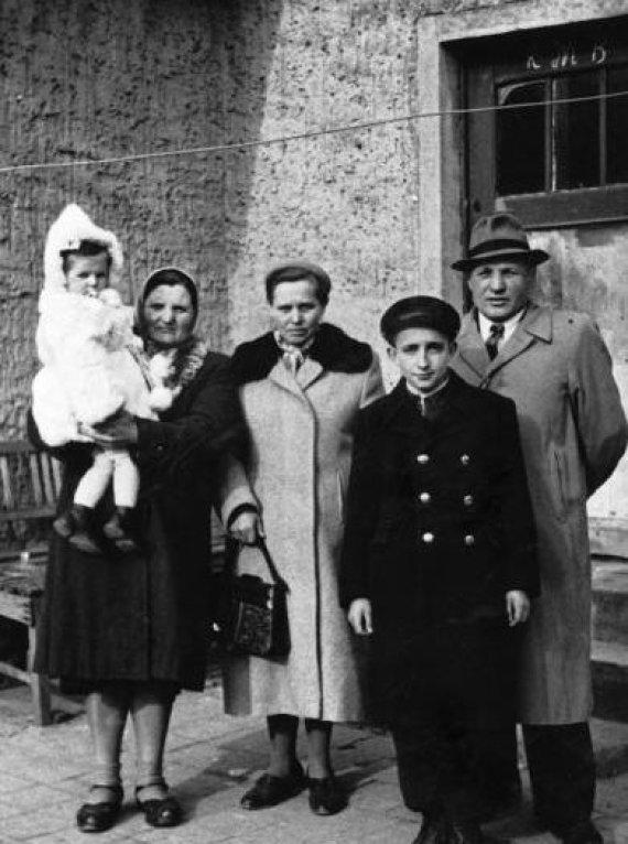 Asmeninio archyvo nuotr./Romualdas Jakubas Veksleris-Vaškinelis su šeima jaunystėje.
